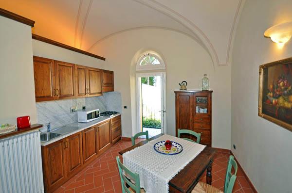 appartamento-blu-cucina-lato-porta-esterna